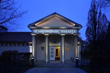 Schlosspark Theater - Außenaufnahme bei Nacht - Querformat — © DERDEHMEL/Urbschat