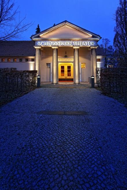 Schlosspark Theater - Außenaufnahme bei Nacht - Hochformat — © DERDEHMEL/Urbschat