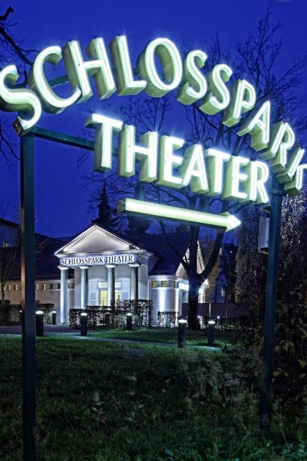 Schlosspark Theater - Außenaufnahme bei Nacht mit Schild — © DERDEHMEL/Urbschat