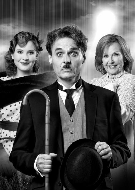 """""""Ein gewisser Charles Spencer Chaplin"""" Pressemotiv schwarzweiss hoch — © DERDEHMEL/Urbschat"""