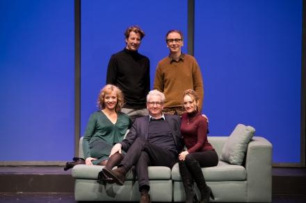 DIE WAHRHEIT - Ensemble mit Regie — © DERDEHMEL/Urbschat