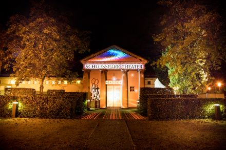 """Schlosspark Theater - """"Berlin leuchtet"""" September 2020 (1) — © DERDEHMEL/Urbschat"""