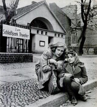 Die junge Hildegard Knef (links) vor dem Schloßpark-Theater
